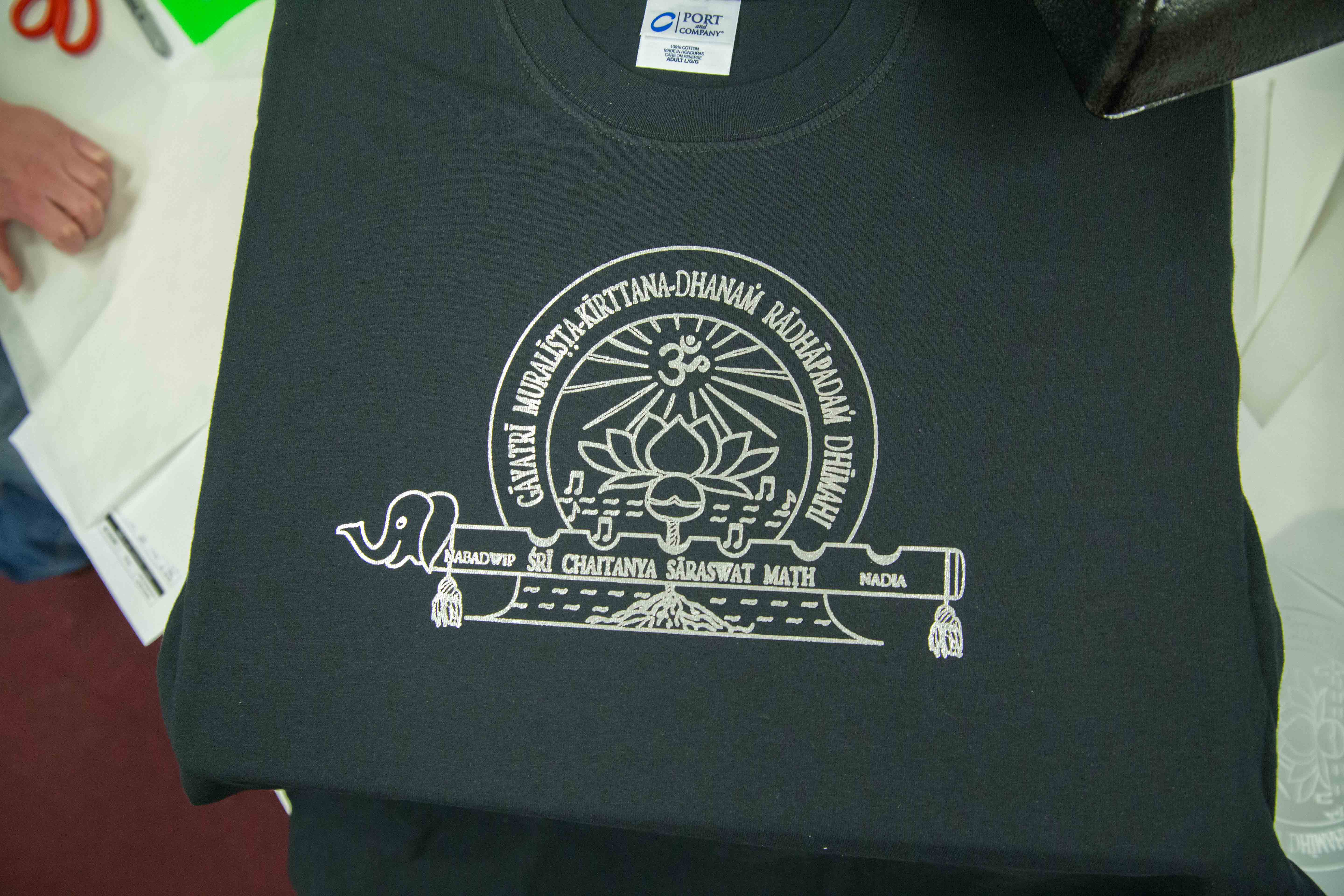 t shirt transfer paper The only paper that you can use when printing on black shirts is the dark transfer paper this product has a white background and all white areas visible on the paper before transferring onto the garment, will also be visible on the shirts.